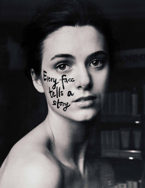 """Portrait einer Frau mit auf ihrem Gesicht geschrieben """"Every face tells a story"""""""